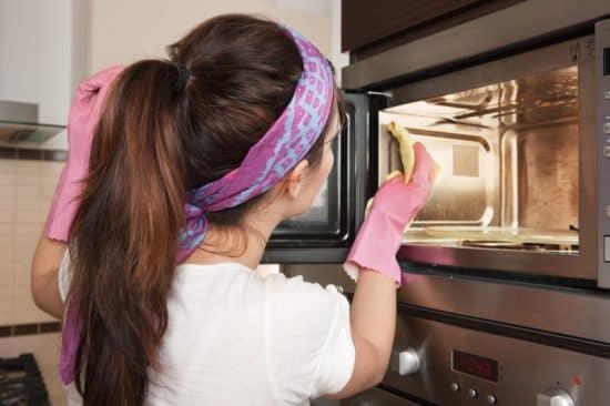 Чем вымыть духовку внутри