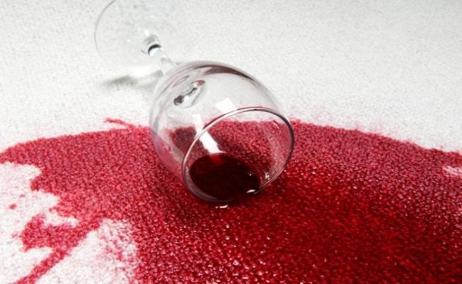 Как вывести пятно на ковре от вина