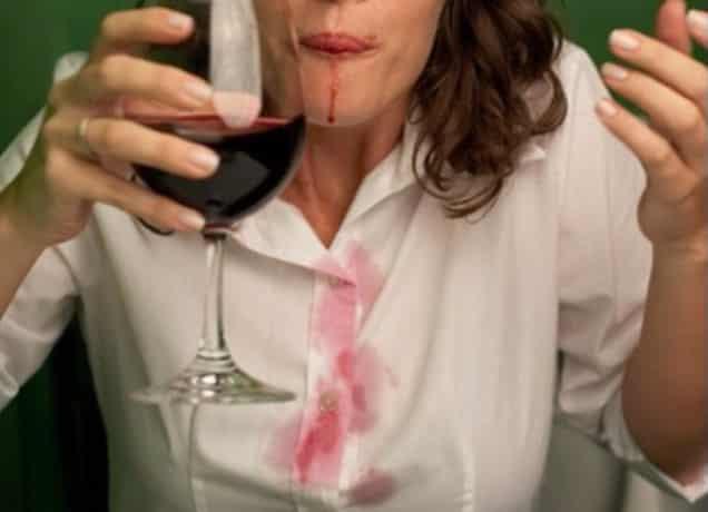 Как вывести пятно от красного вина с одежды, дивана, ковра
