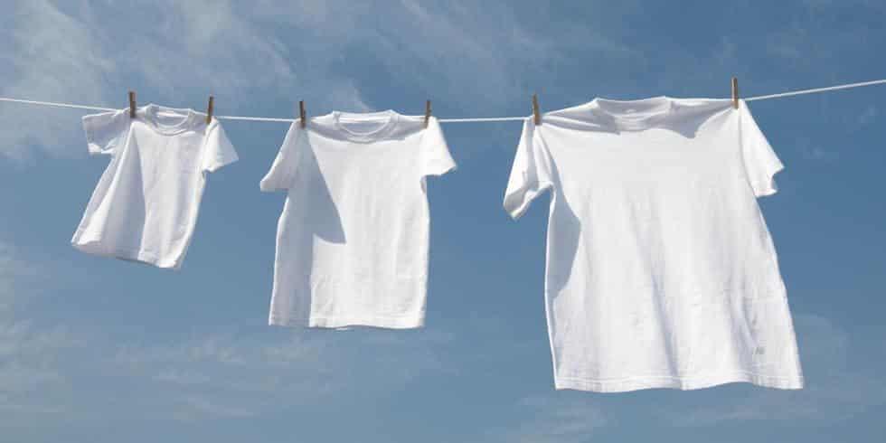 Как отстирать пятно на белой футболке