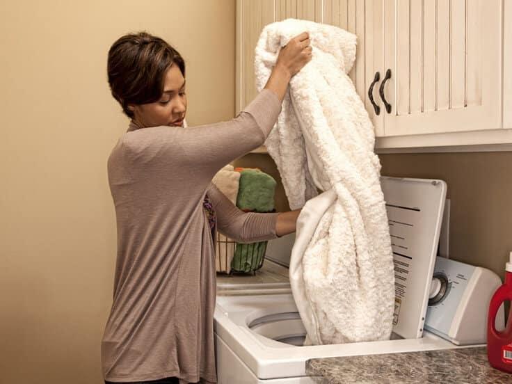 Как стирать плед в стиральной машине и руками
