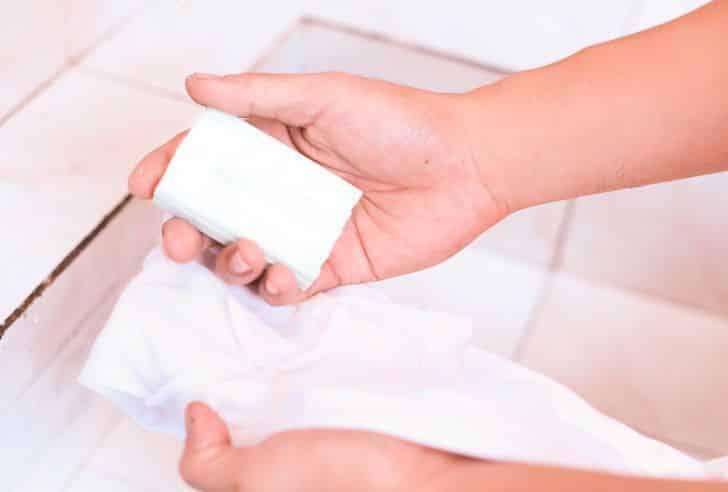 Отстирать ручку от одежды мылом