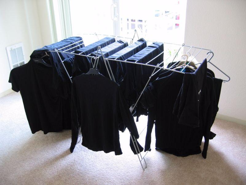 Чем стирать черные вещи