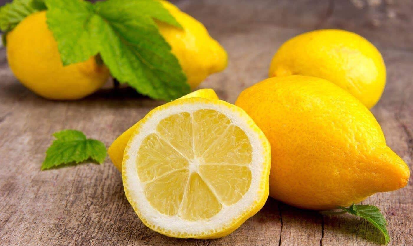 Лимон для волос: лимон помогает уменьшить жирность головы, лечить перхоть на голове, укрепляет волосы, осветляет, делает их густыми и шелковистыми, а также предотвращает их выпадение.