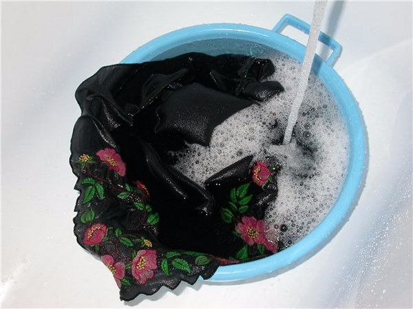 How to wash black things