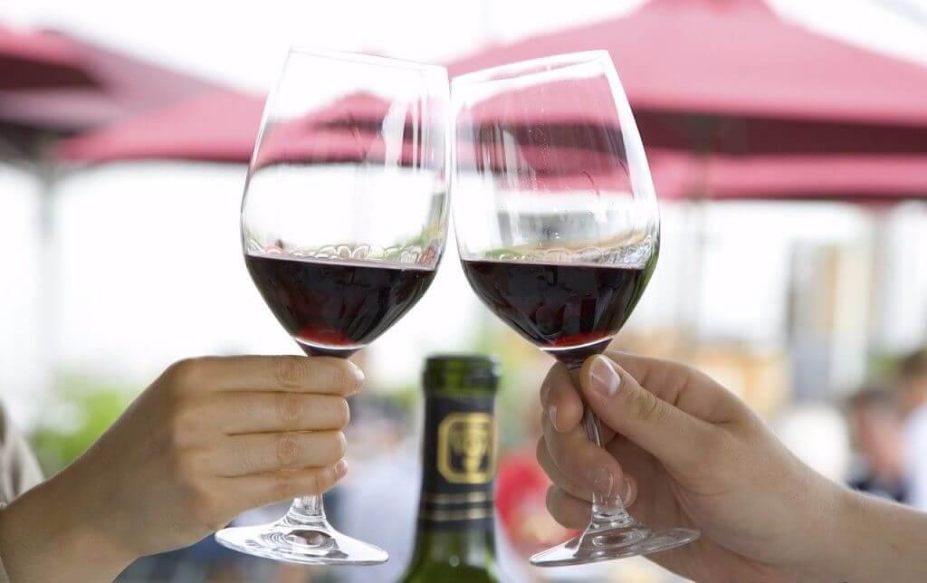Как вывести старое пятно от вина красного
