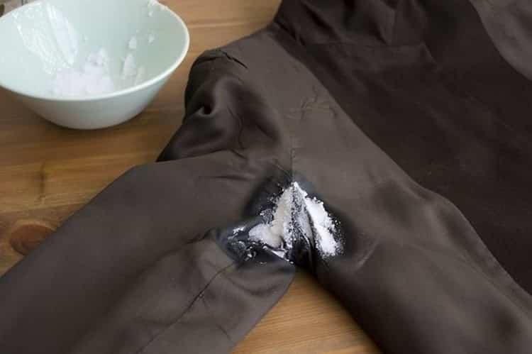 как без следа удалить пятна пота с цветной одежды