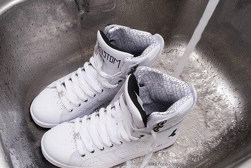 Стираем кроссовки вручную