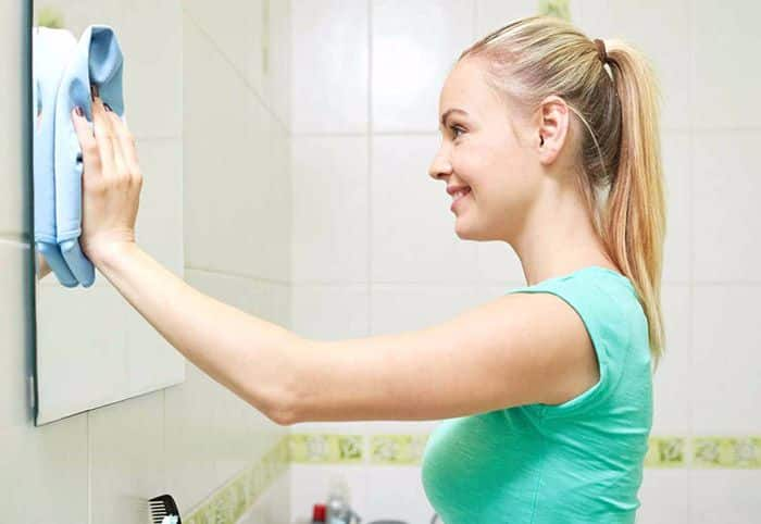 Чистить зеркало без разводов в домашних условиях